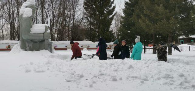 Чистим снег у памятника